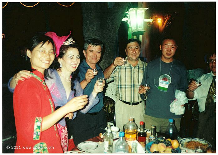 Feng-Chiu and Gülay Princess with friends at Sharq Taronalari Festival in Samarkand (2003)