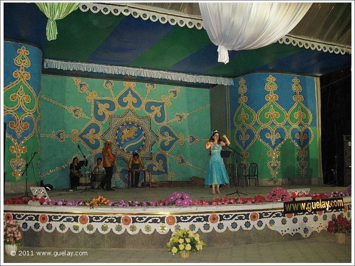 Gülay Princess & The Ensemble Aras, performance in the Park of Youth, Samarkand (2007)